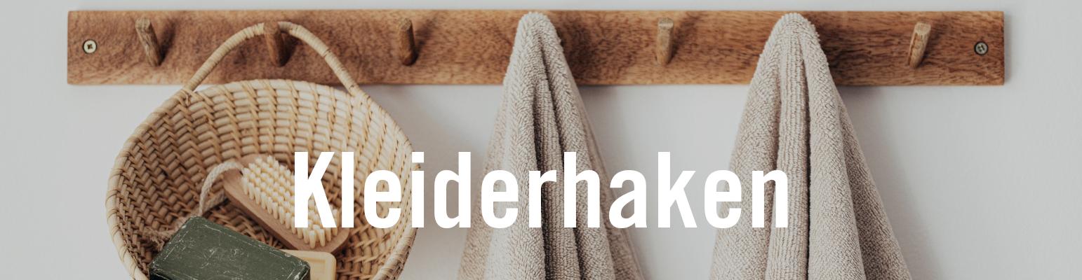 Kleiderhaken – Hakenleiste aus Holz mit Korb und Handtüchern