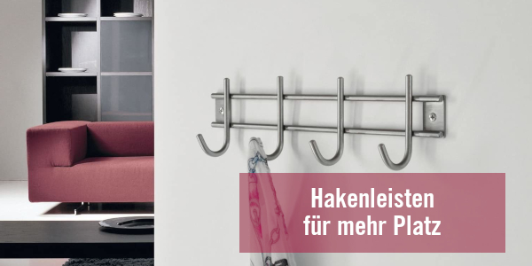 Kleiderhaken – Hakenleisten aus Metall an weißer Wand
