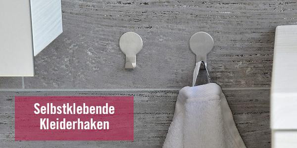 Selbstklebende Kleiderhaken an grauer Wand mit Handtuch