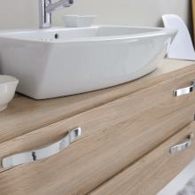 Möbelgriffe – Badezimmerschrank mit Waschbecken und Hahn