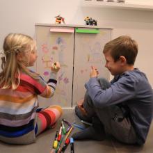 Möbelgriffe – Spielende Kinder in Kinderzimmer