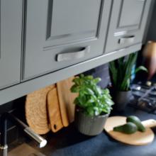 Möbelgriffe – Küchenschrank mit Küchentheke