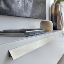 Möbelgriffe – Niedrige Kommode im Wohnzimmer mit langem Möbelgriff