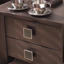Möbelknöpfe für das Schlafzimmer - Nachtkasten mit eckigen Möbelknöpfen