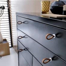 Möbelknöpfe für das Wohnzimmer - Dunkle Kommode mit Seil-Möbelknöpfen